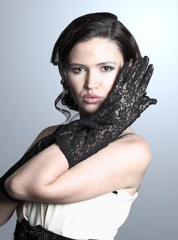 검은 드레스에 아름 다운 젊은 여자의 패션 초상화