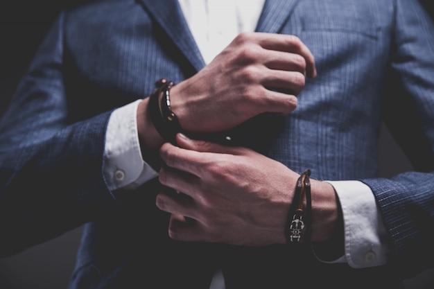 회색에 우아한 파란 양복을 입고 젊은 사업가 잘 생긴 모델 남자의 패션 초상화.