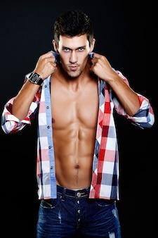 Фасонируйте портрет молодого кавказского человека. красивая модель в повседневную одежду позирует в студии. привлекательный мужчина