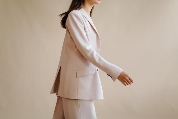 우아한 젊은 여자의 패션 초상화