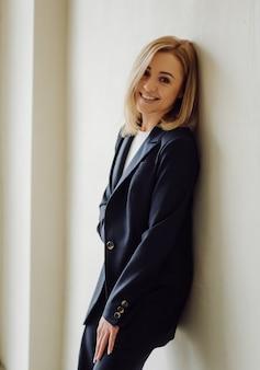 Мода портрет молодой элегантной женщины