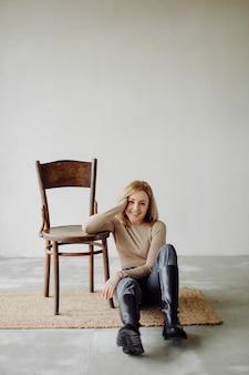 젊은 우아한 여자의 패션 초상화