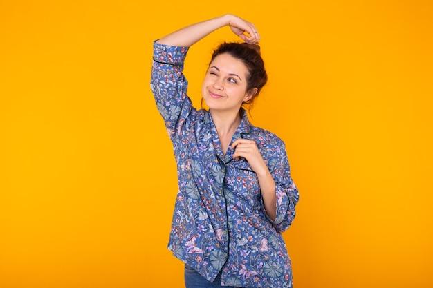 화려한 노란색 벽에 재미 패션 초상화 꽤 멋진 여자