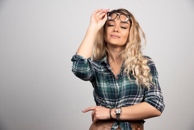 Красивая женщина портрета моды в стильных очках.