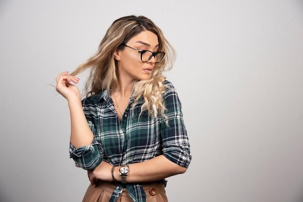 スタイリッシュなメガネのファッションポートレートきれいな女性。
