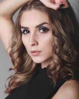 회색 배경에 패션 초상화 스튜디오 사진 젊은 예쁜 모델