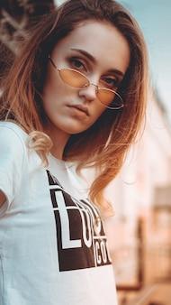 Мода портрет стильная красивая женщина в солнцезащитных очках позирует в городской уличной моды солнечный свет