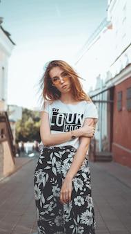 도시 거리 패션에서 포즈를 취하는 선글라스의 패션 초상화 세련된 예쁜 여자 당신은 흰색 tshirt에 멋지다