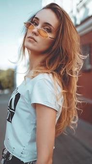 도시 거리 패션에서 포즈 선글라스 패션 초상화 세련된 예쁜 여자