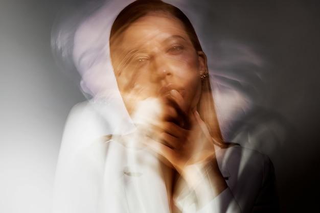 Модный портрет с эффектом размытия в движении на длинной выдержке