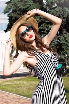 선글라스와 모자에 붉은 입술 패션 세로 여자