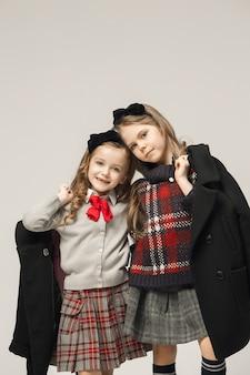 Il ritratto di moda di giovani belle ragazze adolescenti