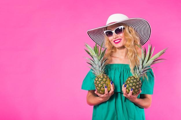 Мода портрет молодой красивой женщины с ананасом