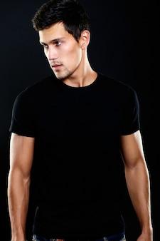Moda ritratto di giovane uomo caucasico. modello bello in abbigliamento casual che posa nello studio. maschio attraente