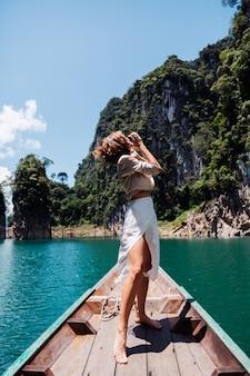Moda ritratto di giovane donna in vacanza, sulla barca di legno asiatica