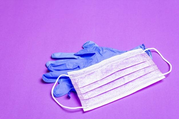 分離されたファッション紫色のマスクとグラマーグローブ
