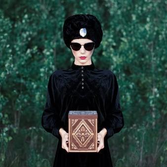 Чувственная девушка моды в темном лесу
