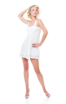 モダンな白いドレスのポーズとファッション官能的な魅力的な女性