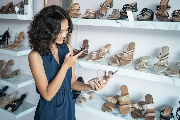 Владелец магазина модной одежды в своем бутике