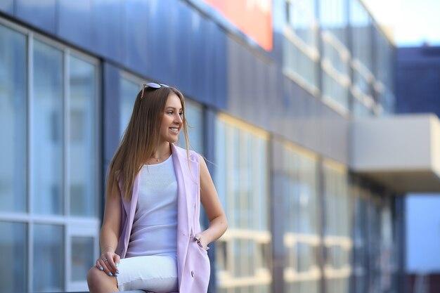 ファッションショッピングの女の子の肖像画。サングラスの美しい少女。笑顔の女性。