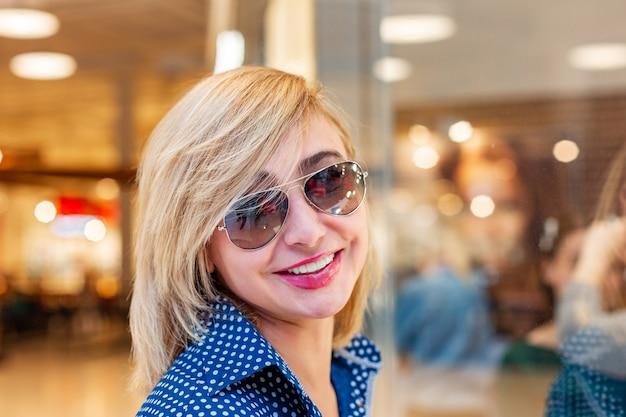 패션 쇼핑 소녀 초상화입니다. 쇼핑몰에서 뷰티 우먼
