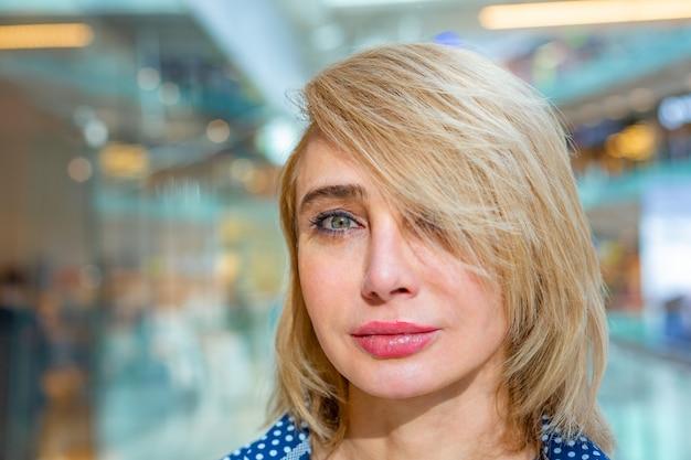 Fashion shopping girl portrait. beauty woman in shopping mall. shopper.