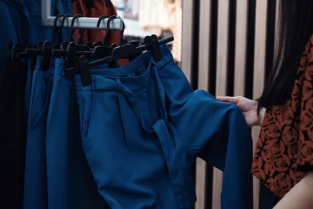 ファッションショッピングライフスタイルと女性のための服。