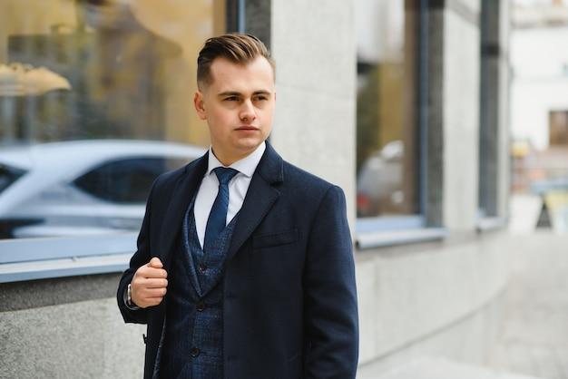 우아한 클래식 정장에 잘 생긴 젊은 남자의 패션 샷