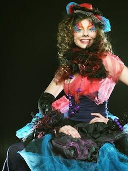 人形スタイルの女性のファッションショット。クリエイティブなメイク。ファンタジードレス。スタジオショット。