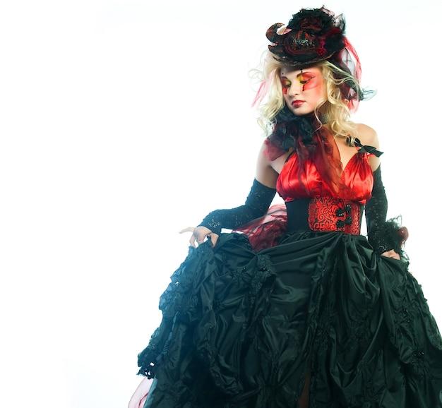 인형 스타일에 여자의 패션 샷입니다. 창의적인 메이크업. 판타지 드레스.