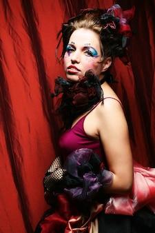 人形スタイルの女性のファッションショット。クリエイティブなメイク。ファンタジードレス。