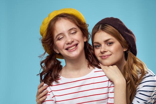 帽子のファッション姉妹楽しいライフスタイル青い背景スタジオ