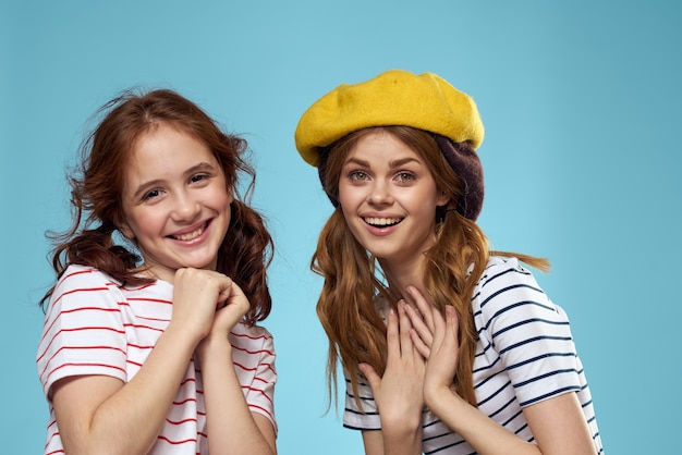 帽子のファッション姉妹楽しいライフスタイル青い壁のスタジオ