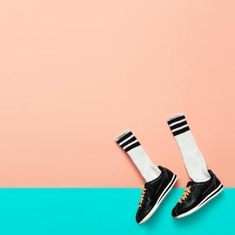 ファッションスニーカーとヒップスターソックス。アートミニマルスタイルデザイン明るい夏のスポーツと動き