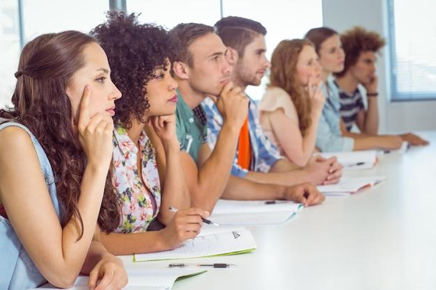 Студенты моды, внимательные в классе