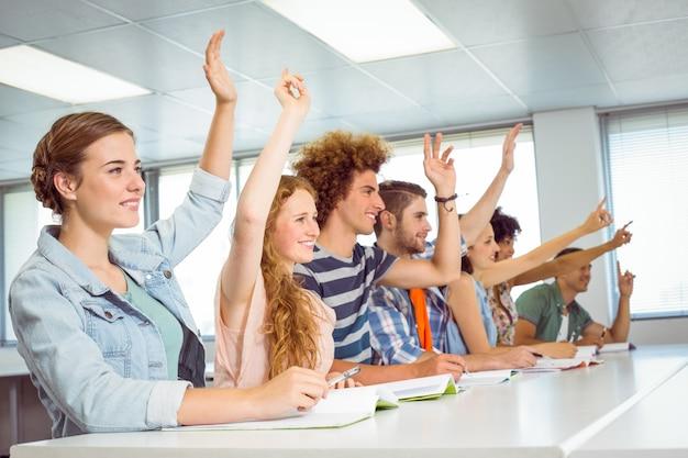 ファッションの学生はクラスで気配りしている