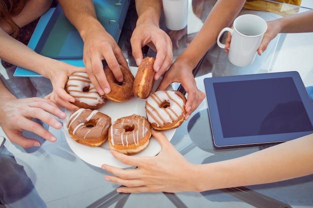 Студенты моды едят пончики