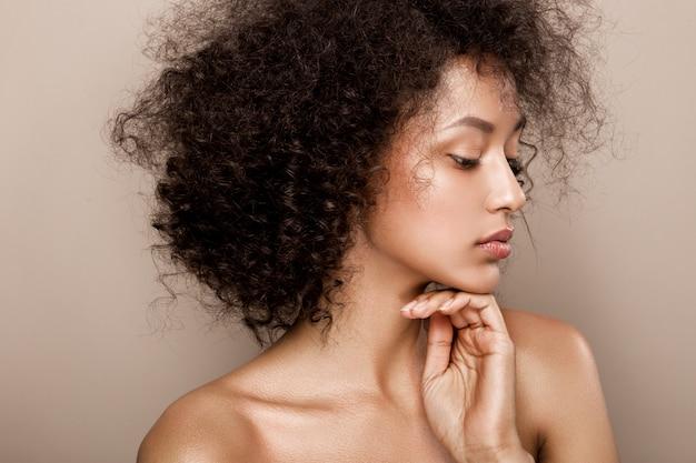 美しいアフリカ系アメリカ人女性のファッションスタジオポートレート