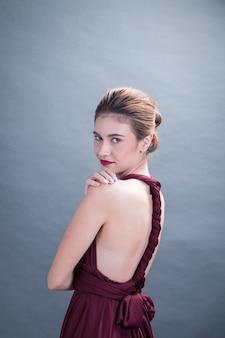 Мода студия портрет модель женщина в элегантном платье, изолированные серый bakcground