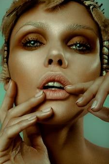 ファッションのスタイリッシュな美しさの肖像画。美しい女性の顔のクローズアップ。散髪。