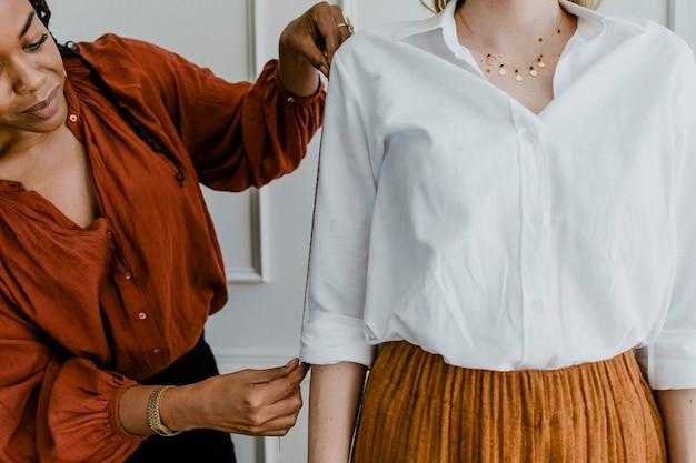 顧客の腕を測定するファッションスタイリスト