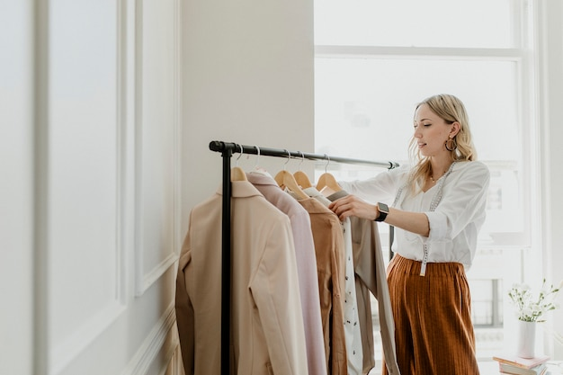 衣類ラックを並べ替えるファッションスタイリスト