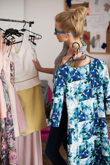 Stilista di moda al lavoro