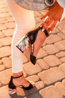 해질녘 거리에 손바닥 무늬가 있는 패션 여름 신발. 확대.