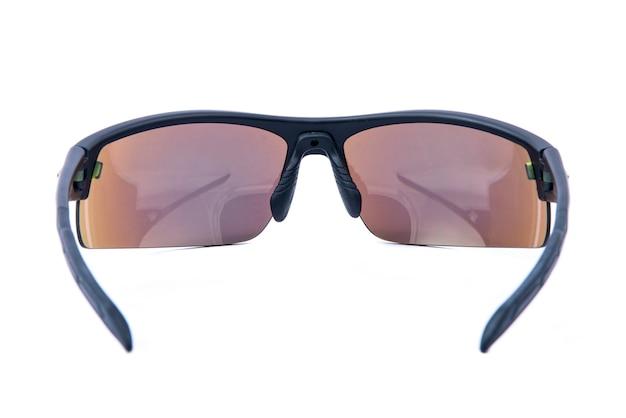 Модные солнцезащитные очки в черной оправе на белом фоне