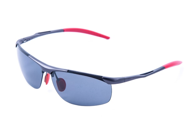 Модные солнцезащитные очки в двухцветной оправе на белом фоне