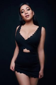 美しいエレガントなアジアの女性のファッション盗品の肖像画