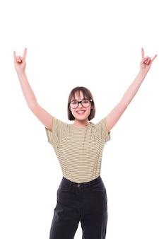 Hipster ragazza teenager di modo che dà il segno di rock and roll. modelli graziosi che sorridono