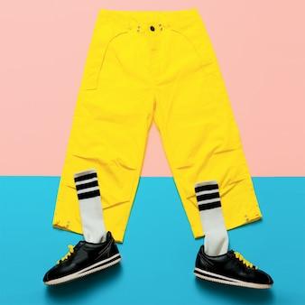 ファッショントレーニングスナックと黄色のヒップスターパンツ..アートミニマルスタイルのデザイン