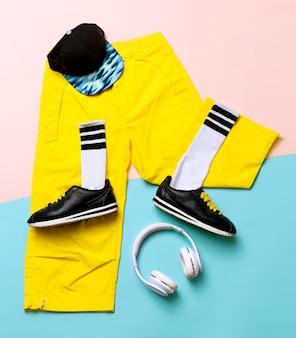 ファッショントレーニングスニーカーとファッションソックス。流行に敏感な衣装アートミニマルスタイルの都市デザイン